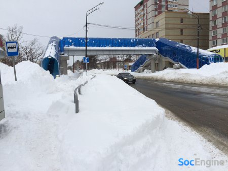 Адский надземный переход, который внутри наполнен снегом и скользким полом. Проектировали с «любовью».