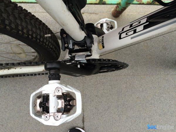 Установленные контактные педали на велосипед